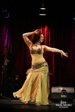 Amber tanzt zur Begleitung vom Baladi Blues Ensemble