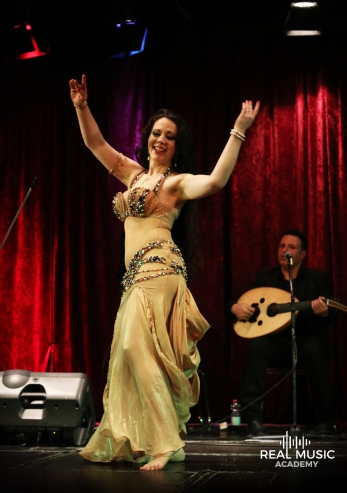 Amber tanzt in Begleitung des Baladi Blues Ensemble